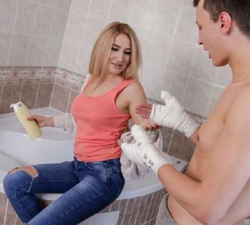 Dayna Ice - Blonde MILF bathroom sex and squirt (2018) FullHD 1080p