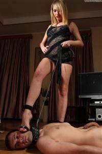 самец госпожа моет ноги во рту рабыни удивляют